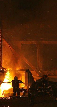 Požár zcela zničil levé křídlo Průmyslového paláce.