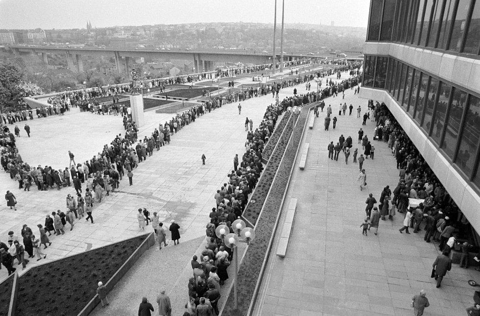 Den otevřených dveří v v dubnu 1981 v Paláci kultury v Praze, v pozadí most Klementa Gottwalda (po roce 1989 Nuselský most).