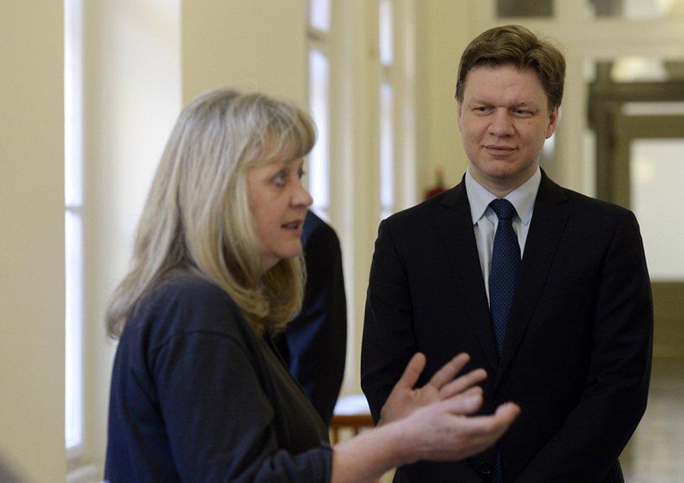 Bývalý pražský primátor Tomáš Hudeček a bývalá pražská radní pro informatiku Eva Vorlíčková na chodbě Městského soudu v Praze, který je i další dva obviněné v kauze karty opencard zprostil 13. března 2020 obžaloby.