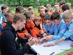 Kluci z krajských fotbalových výběrů do 11 let nedali Bořku Dočkalovi moc vydechnout. A kromě podpisů musel odpovídat i na spoustu všetečných dětských otázek. Mezi dětmi se ale sparťanské opoře hodně líbilo.