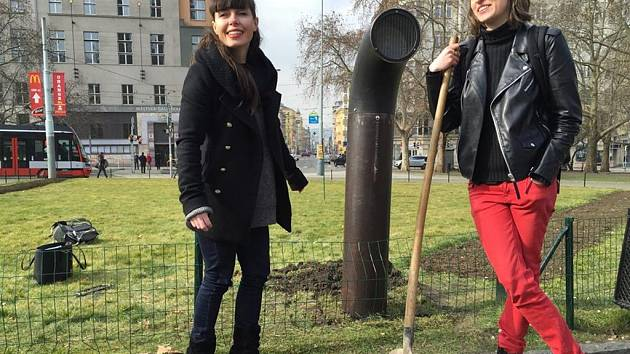 'Zasazení' poeziematu na náměstí Míru v Praze.