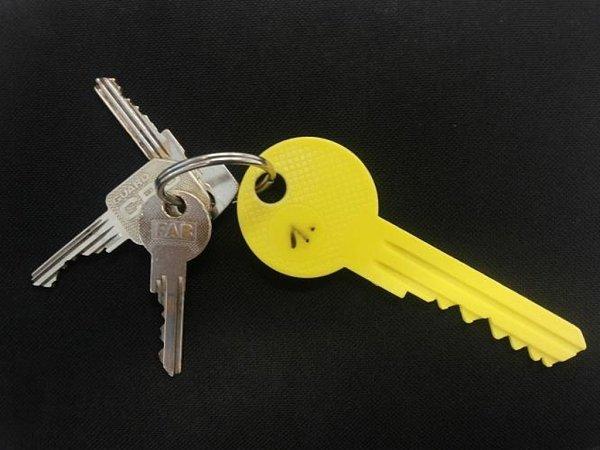 Kriminalisté umužů našli svazek klíčů spřívěskem zvětšeniny plastového klíče žluté barvy typu FAB. Jde ovelmi zásadní stopu. Mohlo by se jednat oklíče kpenzionu, či hotelovému pokoji, kde budou zadržení pachatelé zřejmě mít další důležité věci.