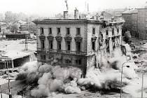 ODSTŘEL. Tak skončila budova těšnovského nádraží v roce 1985.