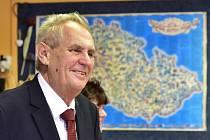 Prezident Miloš Zeman s manželkou Ivanou přivítali prvňáčky v Základní škole T. G. Masaryka v Praze. Někteří rodiče protestovali rudými trenkami na klopě.