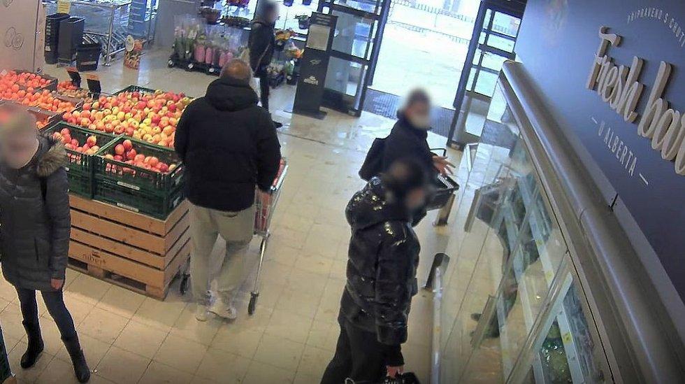 Muž podezřelý z krádeže v obchodě.
