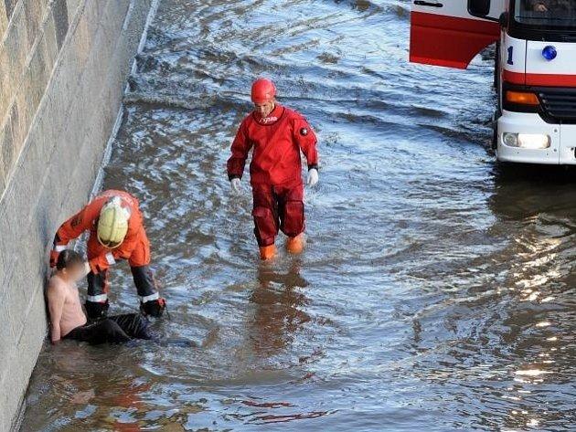 Jednotka HZS Praha vyprostila z vody muže, který skočil z nábřeží na náplavku.