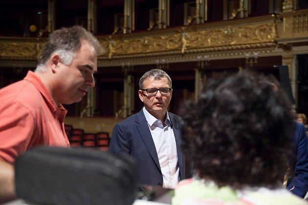 Lubomír Zaorálek při schůzce v Národním divadle.