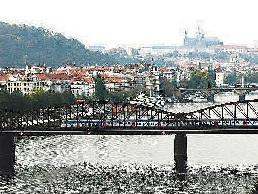 JEDNA Z VARIANT. Někteří představitelé Prahy 4 by nový most, sloužící výhradně tramvajím, cyklistům a pěším, rádi vedli souběžně se železničním mostem (na fotografii).