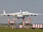 Největší nákladní letoun světa Antonov An-225 Mrija přiletěl na Letiště Václava Havla