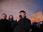 Lidé v Praze protestují proti bourání komplexu budov Transgas, který byl postaven ve stylu brutalismu.