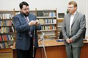 Ředitel Městské knihovny Praha Tomáš Řehák (vlevo) navlékl za přítomnosti starosty Městské části Praha 1 Petra Hejmy čtyřicátý korálek symbolizující počet pražských městských knihoven.