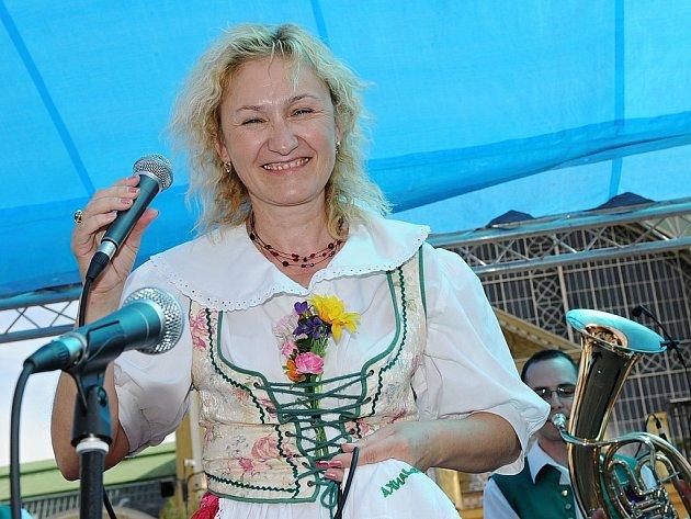 Sólistka Krajanky Brigita Hlaváčková vystupuje na Mezinárodním festivalu české a moravské dechovky na pražském výstavišti.