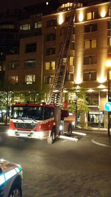 Požár na střeše hotelu.
