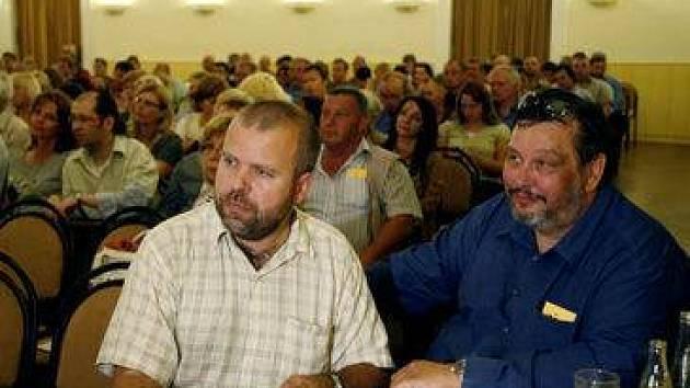 O důvěře Milanu Jančíkovi (vpravo v modrém) rozhodnou 8. června 2007 zastupitelé.