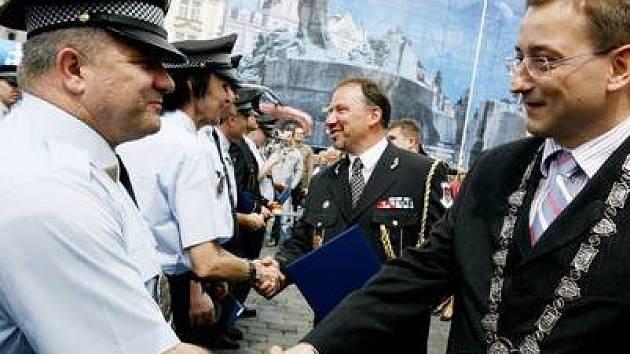 MEDAILE PRO HRDINY Náměstek primátora Rudolf Blažek v pátekna Staroměstském náměstí ocenil ty nejlepší.