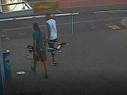 Muži odmontovali ze střechy auta nosič na kola.