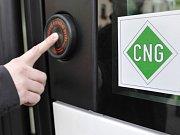 Autobus na plyn s označení CNG. Ilustrační foto.