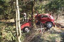 Dopravní nehoda osobního vozidla za obcí Mukařov.