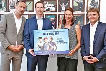 Zástupci společností Procter & Gamble a Tesco předali České olympijské nadaci šek.