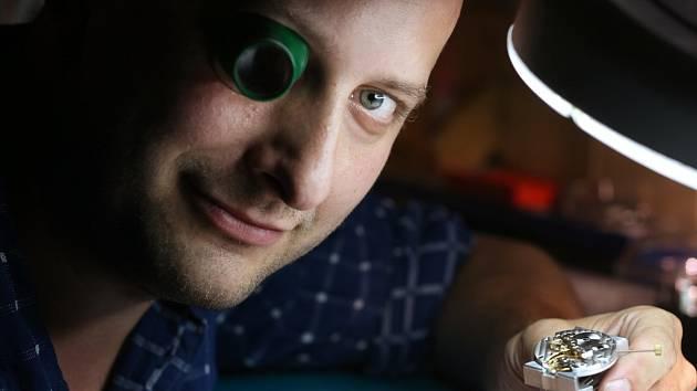 HODINÁŘ. Martin Brož vyzval na souboj švýcarské hodinářské firmy.