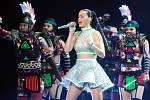 Katy Perry potěšila diváky v zaplněné O2 areně ve Vysočanech velkou show plnou barevných kostýmů. Jedna z nejúspěšnějších zpěvaček současnosti zamířila do hlavního města v rámci turné ke své desce Prism z roku 2013.
