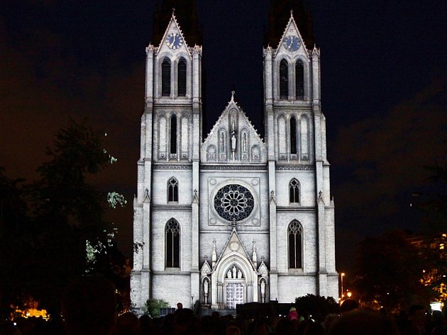 Videomapping s názvem Evoluce promítaný v rámci festivalu světla Signal na vinohradský kostel sv. Ludmily na náměstí Míru v Praze 2.