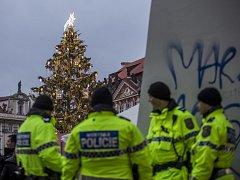 Na Staroměstském náměstí v Praze se 28. listopadu pod zvýšeným dohledem policie rozsvítil vánoční strom a začaly vánoční trhy.