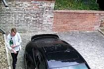 Neznámý vandal v Praze poplival a poškrábal auto zpěváka Daniela Landy.