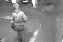 Podezřelý muž v podzemních garážích v Roháčově ulici na pražském Žižkově.
