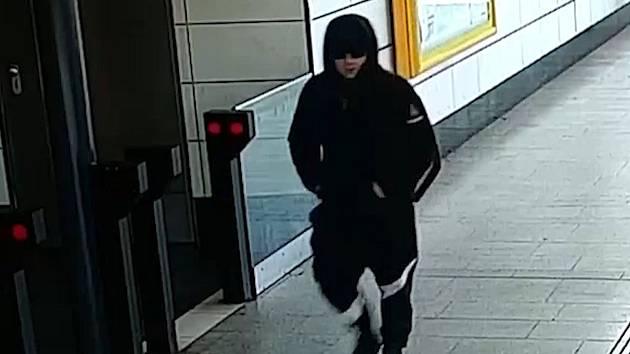 Napadení seniora v metru.