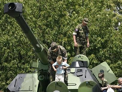 24. června začala dvoudenní akce Armáda dětem a mládeži 2007. Děti měli možnost vidět tank zevnitř (na snímku), stejně jako vrtulník, či jinou vojenskou techniku.
