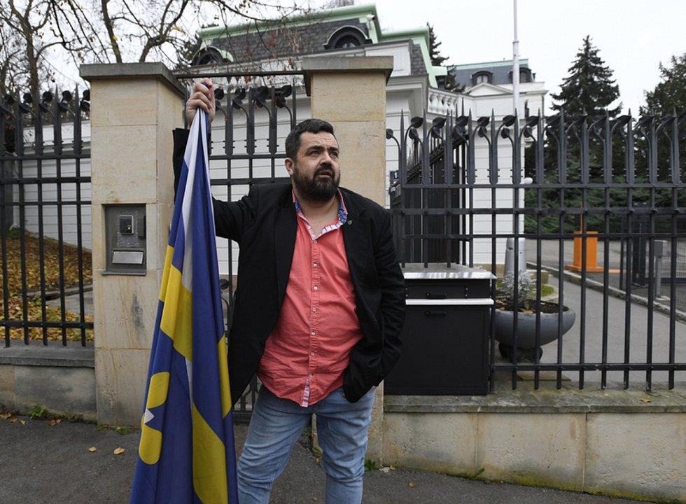 Politik, starosta městské části Praha - Řeporyje, bývalý moderátor, herec a novinář Pavel Novotný.
