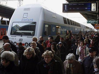 DO PRAHY VLAKEM. Příměstské linky posílí o třetinu, na mnoha linkách budou jezdit spoje v pravidelných intervalech. Stačí už jen maličkost - přesvědčit o výhodách vlaků lidi cestující do metropole.