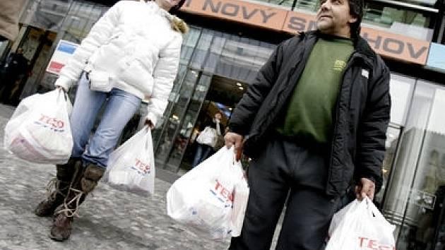 NÁKUPNÍ HOREČKA. Vrcholí právě nyní, největší nápor očekávají obchodníci tento víkend.