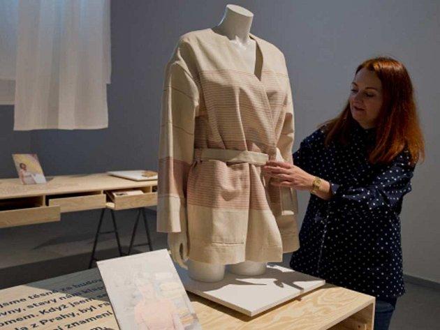 Alice Klouzková upravuje jeden z modelů výstavy Dědictví. Tradice, inovace, móda