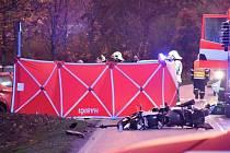 Při nehodě v Černošicích zemřel motorkář, pro spolujezdkyni letěl vrtulník.