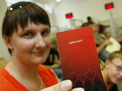 ZATÍM JAKO TRAMVAJENKU. Čipová karta může v budoucnu nahradit další doklady, ve světě ji používají k nejrůznější účelům.