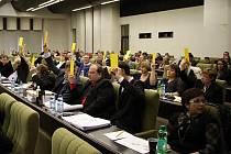 V zaplněném sálu na radnici Prahy 8 bylo dobře vidět, jaké je rozložení sil. Bývalá koalice ODS s TOP 09 (vlevo) měla menšinu a pro návrhy nové koalice ČSSD, hnutí ANO a Strany zelených nehlasovala.