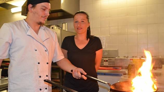 Andrea Cerasoli Premauerová vstupuje do tajů kuchyně. Do přípravy jídla ji zasvěcoval kuchař z restaurace Coloseum Matěj Štangler.