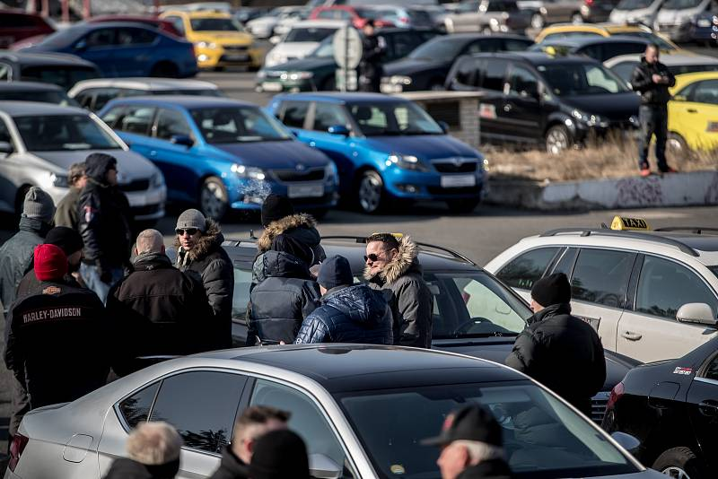 Nespokojení taxikáři opět protestovali proti službám typu Uber 1. března na pražském Strahově.