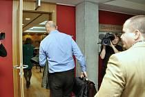 Proces u Obvodního soudu pro Prahu 6 s šestnácti lidmi obžalovanými kvůli kšeftům s rohy nosorožců, získaných jako trofeje při loveckých výpravách do Jihoafrické republiky, jež pak měly být pašovány z Prahy do Vietnamu.