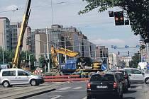 Rekonstrukce potrubí na Vršovické ulici v Praze působí každý den zácpu. Auta stojí v kolonách. Křižovatka je bez světelné signalizace.