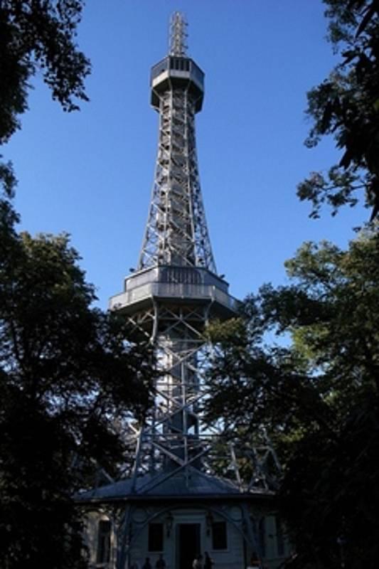 Petřínská rozhledna, jejíž vrchol je ve stejné nadmořské výšce, jako vrchol Eiffelovy věže, která jí byla volnou předlohou.
