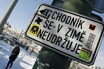 KDO SE O NĚ BUDE STARAT? Úklid chodníků by měl přejít na obce, Praze se to příliš nelíbí./Ilustrační foto