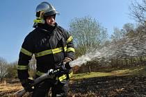 POŽÁR rákosí a trávy v Dubči, kde o víkendu hořel porost na ploše asi 150 x 150 m, dostali pražští hasiči pod kontrolu během půlhodiny. A to si ještě museli prořezávat přístupovou cestu motorovou pilou!