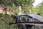 Automobil skončil za plotem.