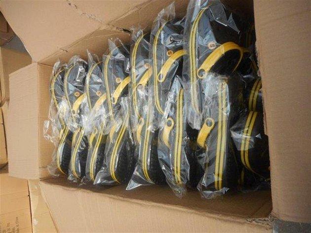 Pražští celníci zajistili padělky obuvi.