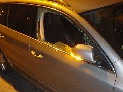 Strážníci zadrželi tři lidi podezřelé z vykradení vozu.