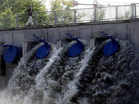 Cvičné zavírání protipovodňových vrat v rámci kontrolního dne proběhlo 23. srpna na Rokytce.
