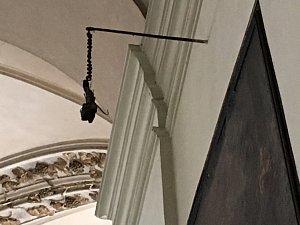 Zčernalá ruka v kostele sv. Jakuba
